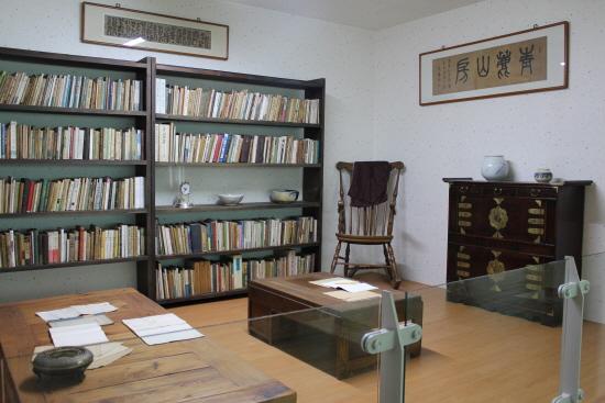 동리목월문학관의 목월관에 재현된 서재 모습.