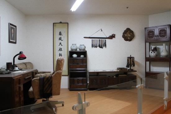 동리목월문학관의 동리관에 재현된 서재 모습.