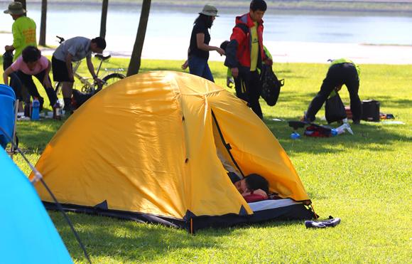 서울 광진구 한강 뚝섬유원지에서 시민이 작은 텐트 안에서 낮잠을 자고 있다. <저작권자(c) 연합뉴스, 무단 전재-재배포 금지>