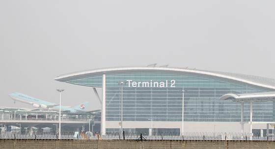 인천국제공항 제2여객터미널이 개항된 18일 오전 인천국제공항 제2여객터미널에서 대한항공 항공기가 이륙하고 있다.