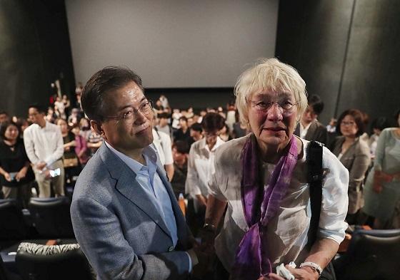 문재인 대통령이 8월 13일 서울 용산 CGV 영화관에서 5.18민주화운동 당시 현장을 전 세계에 보도한 故 위르겐 힌츠페터의 부인 에델트라우트 브람슈테트 여사(80)와 영화 '택시운전사'를 관람한 뒤 악수를 나누고 있다.(사진=청와대)