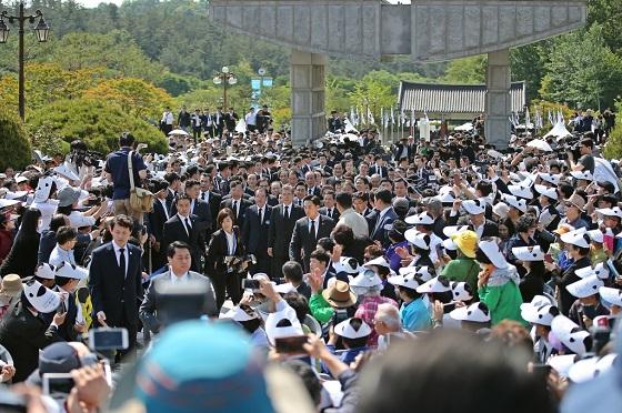 문재인 대통령이 5월 18일 오전 광주 북구 국립 5·18 민주묘지에서 열린 제37주년 5·18 민주화운동 기념식에 참석하기 위해 입장하고 있다.