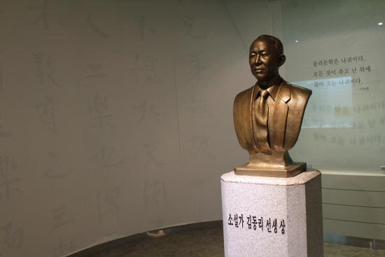 동리목월문학관의 동리관 속 김동리의 흉상.
