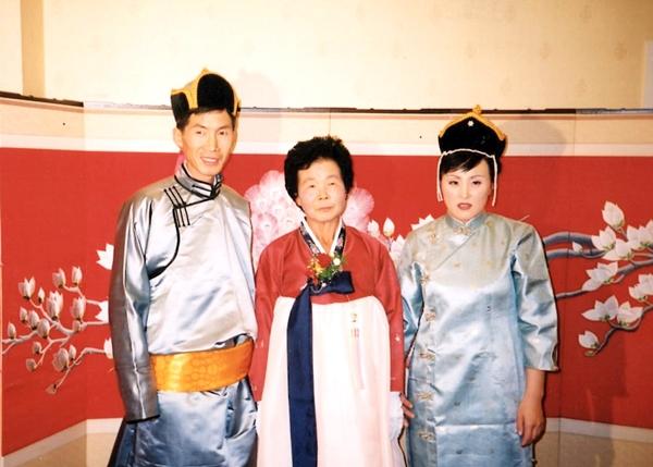 빛바랜 오래 전 사진은 또 다른 뭉클함을 준다. 몽골식 전통의상을 입고 찍은 몽골인 낫산과 한국인 남편.