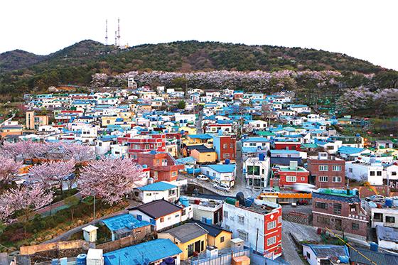 해돋이마을은 봉래산 둘레길 관광객들이 꼭 찾는 명소다. 마을의 전체 전경(사진=부산 영도구청)