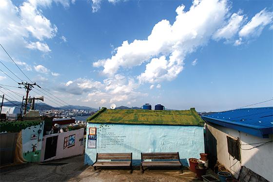 해돋이마을은 부산항과 오륙도, 부산대교, 영도대교가 바라다보이는 전망 좋은 곳에 위치해 있다(사진=부산 영도구청)