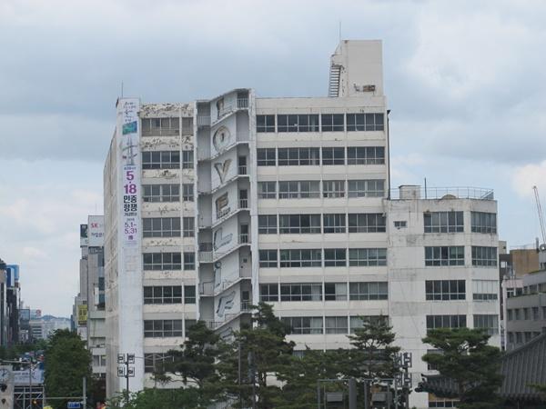 5.18 당시 헬기 총격을 받았던 옛 전일빌딩. 아직도 그자국이 남아있다.