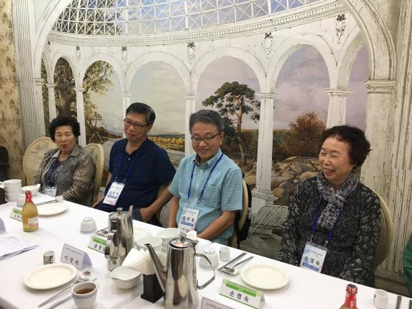 미수복경기 국외이북도민 방문단이 미수복경기중앙도민회와 대화하고 있다.