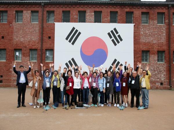 해외이북도민들이 서대문형무소 역사관을 관람하고 기념촬영하고 있다. <사진=이북5도위원회>