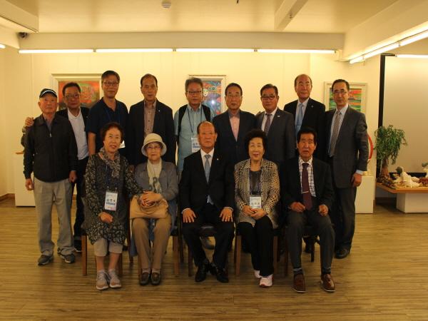 미수복경기 해외이북도민들이 중앙도민회와 고별만찬후 기념촬영하고 있다.