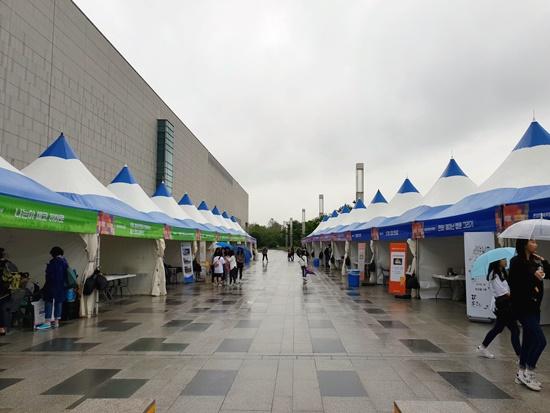 국립중앙박물관 앞마당에 모인 박물관, 미술관 부스.
