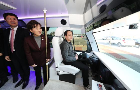김현미 국토교통부 장관이 5일 오후 경기도 화성시 한국교통안전공단 자동차안전연구원 내 자율주행자동차 실험도시(K-City)에서 열린 '5G로 대화하는 자율주행자동차 시연회'에서 자율주행버스에 내부를 살펴보고 있다.