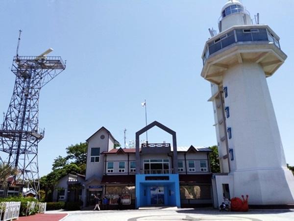 오동도 등대가 자리한 항로표지관리소의 모습.