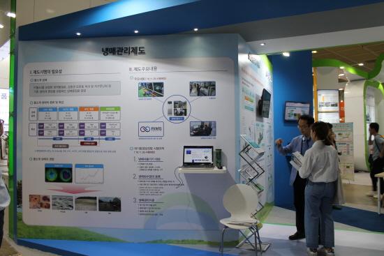 통합환경관리제도를 설명하고 있는 한국환경공단 관계자.