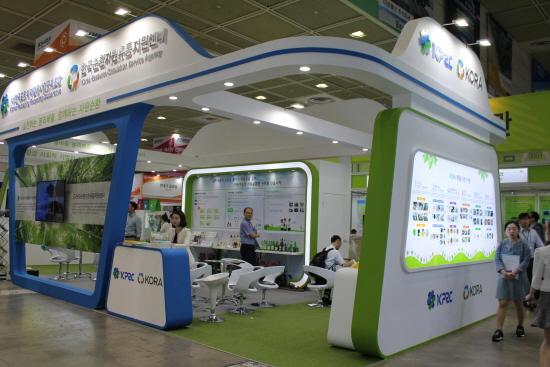 한국포장재재활용사업공제조합과 한국순환유통지원센터 부스 전경.