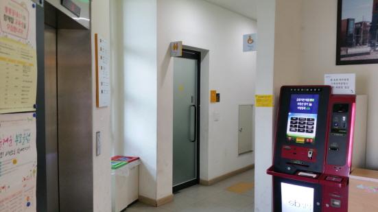 사전 투표소가 있는 6층 엘리베이터를 내리면 바로 이용할 수 있는 화장실