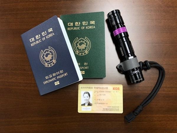 (좌) 대한민국 여권, 외교관 여권 / (우) UV판별기계.