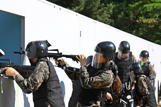 훈련 시범을 보여주는 30사단의 용사들.(사진 제공=30사단)