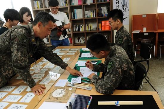 주에 2회 정도 1시간씩 모여 공부하는 캘리그래피는 가장 실력이 좋은 김금수 준위가 튜티로 튜터들을 가르치고 있었다.(사진 제공=30사단)