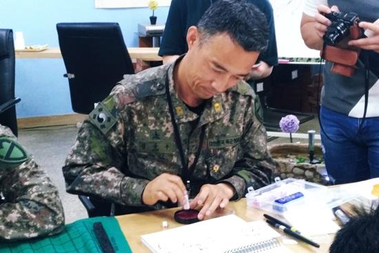 캘리그래피 작품을 완성 중인 김금수 튜티의 모습.