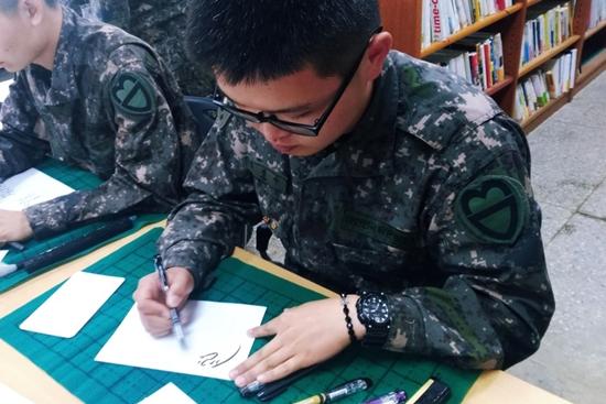 캘리그래피 연습에 매진하는 김경수 튜터의 모습.