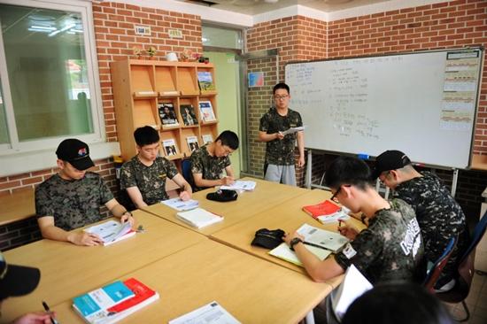 열심히 공부 중인 30사단의 한국사 튜티-튜터의 모습(사진 제공=30사단)