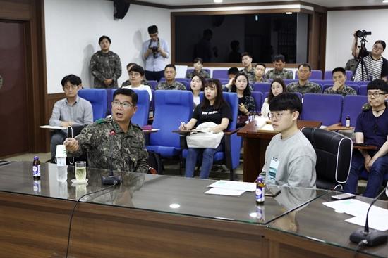 30사단에 대한 소개와 Well- Korea에 대해 설명해주시는 사단장의 모습.(사진 제공=30사단)