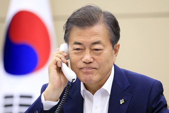 문재인 대통령이 11일 오후 청와대에서 도널드 트럼프 미국 대통령과 전화 통화를 하고 있다. (사진=청와대)