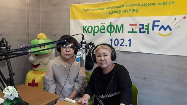 고려인마을 신조야 대표(오른쪽). 고려인마을에는 고려인들을 위한 라디오 방송이 송출되고 있다.(출처=고려인종합지원센터)