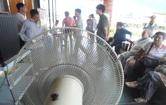 시민들이 선풍기 바람을 맞으며 더위를 식히고 있다..(사진=저작권자(c) 연합뉴스, 무단 전재-재배포 금지)