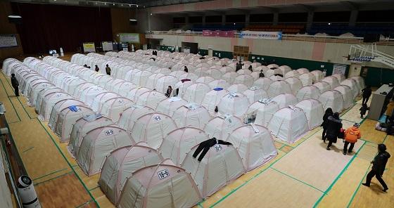 지난해 11월 경북 포항 지진 당시 대피소인 흥해체육관에 이재민을 위한 텐트가 빼곡히 들어선 모습.(사진=저작권자(c) 연합뉴스, 무단 전재-재배포 금지)