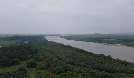 중국의 용호각 전망대에서 내려다 본 나진-하산 철길.