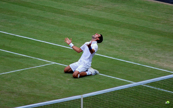 테니스 스타 가운데 한명인 노박 조코비치가 윔블던 경기에서 이긴 뒤 기뻐하고 있다. 과거 유고슬라비아 지역을 중심으로 한 슬라브 문화권에서는 성이 '이치'(ic)로 끝나는 경우가 대부분이다.(사진=카린)