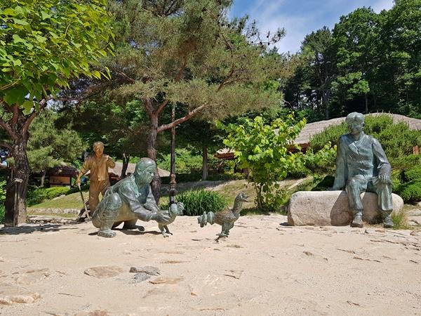 김유정생가에 세워진 소설 속 조형물들이 방문객들을 문학의 세계로로 이끈다.
