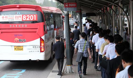 국토교통부는 18일 M버스(광역급행버스)와 광역버스 좌석예약제가 오는 25일부터 순차적으로 확대된다고 밝혔다. 사진은 직행 좌석형 광역버스(M버스)를 타기 위해 기다리는 사람들의 모습.