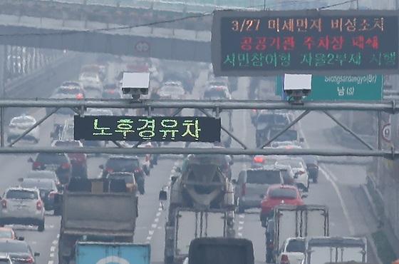서울 강변북로 가양대교 부근에 설치된 노후 경유차 단속 CCTV와 운행제한 알림판.(사진=저작권자(c) 연합뉴스, 무단 전재-재배포 금지)