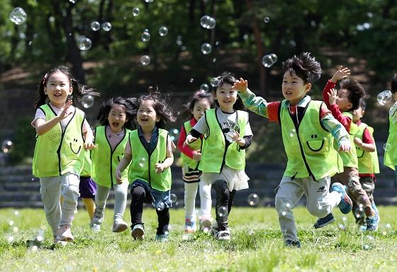9월부터 시행되는 아동수당은 아동 양육에 대한 국가 책임성을 강화하고 아동의 건강한 성장을 지원하기 위해 도입되는 제도다.(사진=저작권자(c) 연합뉴스, 무단 전재-재배포 금지)