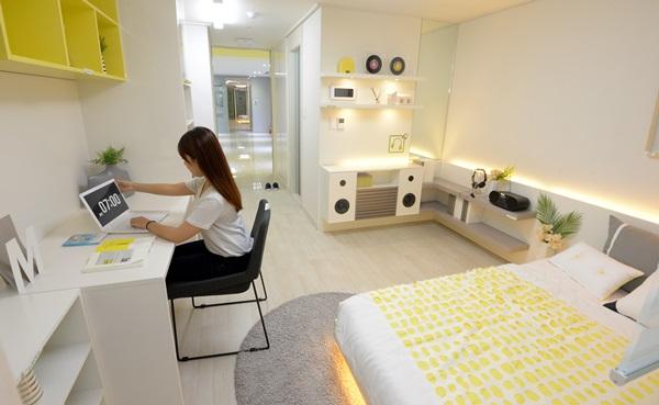 강남구 LH행복드림관에서 한여성이 신혼부부와 사회초년생, 대학생을 주된 입주대상으로 하는 행복주택 16㎡(대학생용) 평형 견본을 살펴보고 있다.