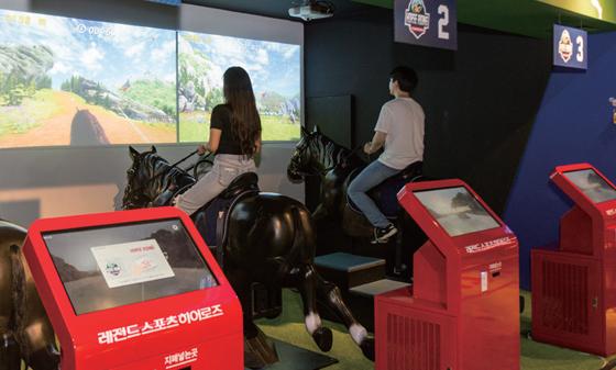 서울 강남구에 있는 레전드 스포츠히어로즈에서 VR스포츠 게임을 즐기고 있는 방문객들.(사진=C영상미디어)