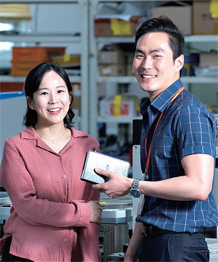 쎄믹스에서 1년 이상 근무한 김지수 대리(왼쪽)와 정준모 과장은 '청년재직자 내일채움공제' 대상자에 해당한다. ⓒC영상미디어