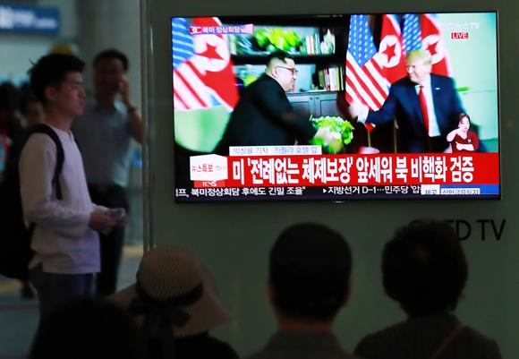 지난 12일 서울 용산역 대합실에서 시민들이 싱가포르에서 열린 북미정상회담 뉴스를 TV로 시청하고 있다. (사진=저작권자(c) 연합뉴스, 무단 전재-재배포 금지)
