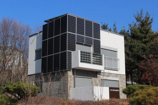 EZ 하우스 모습. 벽에 태양광 발전기가 붙어 있습니다.