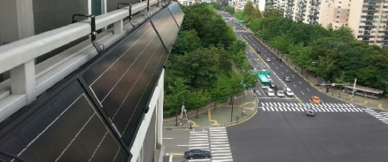 아파트에 설치된 태양광 발전기
