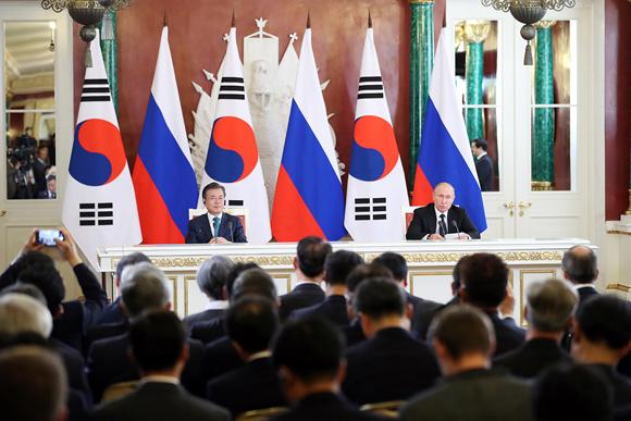 러시아를 국빈방문 중인 문재인 대통령과 블라디미르 푸틴 러시아 대통령이 22일 오후 모스크바 크레믈린대궁전에서 열린 공동언론발표에서 양국 간 협력 방향을 제시하는 '한-러 정상 공동성명'을 발표하고 있다. (사진=청와대)