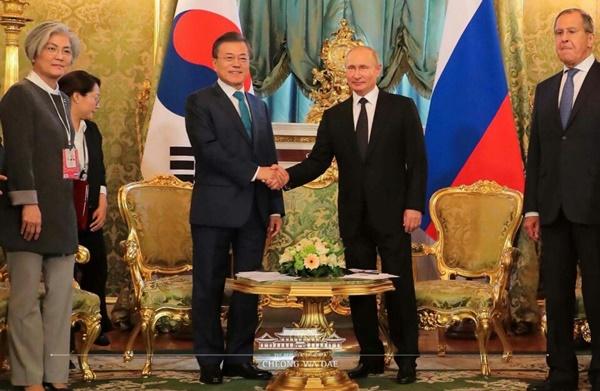 푸틴 러시아 대통령은 러시아에 방문한 문재인 대통령에게 환영인사를 건네며 이번 회담을 통해 경제적 동반자로서 함께 나아갈 것을 강조했다. (출처=청와대 공식 홈페이지)