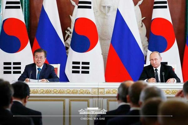 대한민국의 문재인 대통령과 러시아 푸틴 대통령이 이번 회담에 대한 공동성명을 발표하는 중이다.(출처=청와대 공식 페이스북)