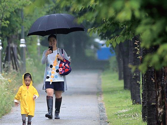 서울 양재시민의 숲에서 어린이집을 마친 아이가 엄마와 함께 집으로 향하고 있다.(사진=저작권자(c) 연합뉴스, 무단 전재-재배포 금지)