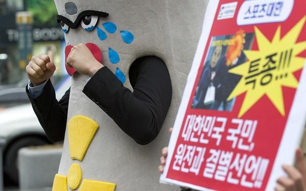 서울환경운동연합 회원들이 후쿠시마 사고 1년을 맞아 여론조사 결과 발표 및 퍼포먼스를 하고 있다.(출처=뉴스1)