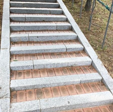 배리어프리 디자인의 계단.