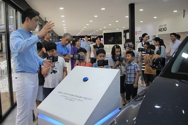 수소전기하우스에 모여든 어린이들. VR로 수소의 에너지 이동 모습을 관찰할 수 있다.